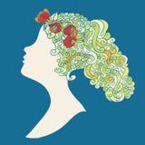 Silhouette de femme avec des fleurs dans swirly des cheveux Photo libre de droits
