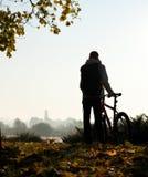 Silhouette de femme avec la bicyclette Photos stock