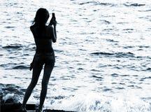 Silhouette de femme avec le portable photographie stock