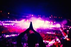 Silhouette de femme battant et appréciant un concert Images libres de droits