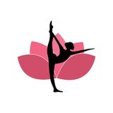 Silhouette de femme de yoga, Lotus Flower Background Logo Design rose Photographie stock
