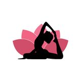Silhouette de femme de yoga, Lotus Flower Background Logo Design rose Photo stock