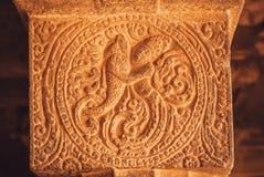 Silhouette de femme et de grands poissons sur la colonne en pierre historique dans l'Inde Modèles traditionnels des temples hindo Photos stock