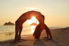 Silhouette de femme faisant le yoga images stock