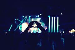 Silhouette de femme heureuse appréciant la musique au concert ou au festival vivant Photos stock