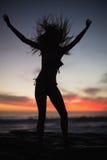 Silhouette de femme magnifique appréciant sur le fond de mer Photographie stock