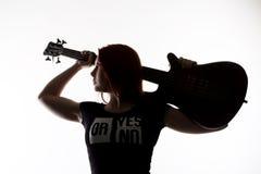 Silhouette de femme de roche jouant sur la guitare électrique sur un fond blanc Image libre de droits