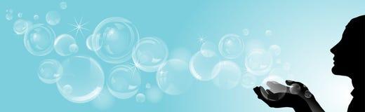Silhouette de fille avec des bulles de savon sur le fond bleu Image libre de droits