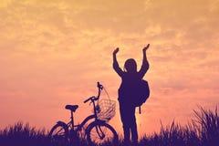 Silhouette de fille avec la bicyclette Images stock