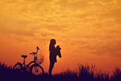 Silhouette de fille avec la bicyclette Photos libres de droits