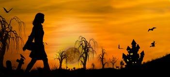 Silhouette de fille de Halloween sur le cimetière près du château Photographie stock libre de droits