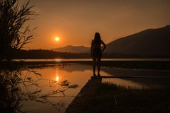 Silhouette de fille se tenant au-dessus du brianza d'annone de lac images libres de droits