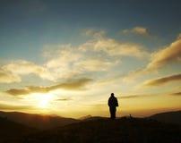 Silhouette de fille sur le lever de soleil Photo stock