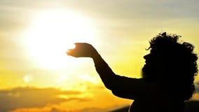 Silhouette de fleur sentante de femme au coucher du soleil clips vidéos