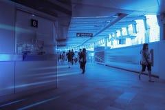 Silhouette de foule des personnes à l'intérieur du chemin de fer moderne Photo libre de droits