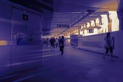 Silhouette de foule des personnes à l'intérieur du chemin de fer moderne Image libre de droits