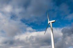 Silhouette de générateur d'énergie de windturbine sur le ciel nuageux bleu à une ferme de vent en Allemagne images stock