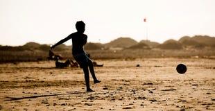 Silhouette de garçon sur la plage Photographie stock