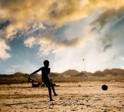 Silhouette de garçon sur la plage Photographie stock libre de droits