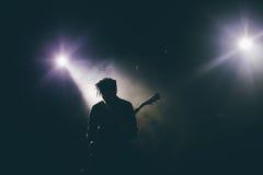 Silhouette de guitariste sur une étape Photos stock