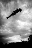 Silhouette de gymnaste sur le tremplin en ciel Photographie stock