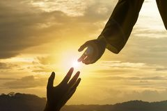 Silhouette de Jésus donnant le coup de main images libres de droits