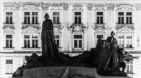 Silhouette de Jan Hus Memorial à la vieille place par nuit Prague, République Tchèque photos stock