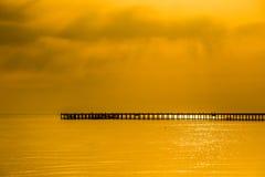 Silhouette de jetée à. Image libre de droits