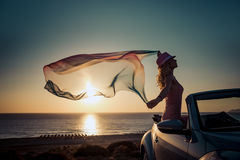 Silhouette de jeune femme à la plage Photo stock