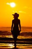 Silhouette de jeune femme sur la plage en été Photographie stock libre de droits