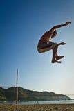 Silhouette de jeune homme équilibrant sur le slackline à Photographie stock libre de droits