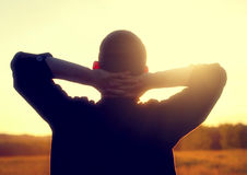 Silhouette de jeune homme photo stock