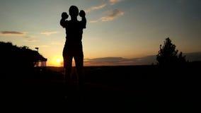 Silhouette de jeune homme musculaire dans faire de dessus de réservoir banque de vidéos