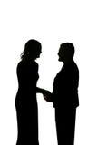 Silhouette de jeunes couples affectueux tenant des mains Photo stock