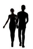 Silhouette de jeunes couples asiatiques Image stock