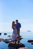 Silhouette de jeunes couples dans l'amour au-dessus du fond de mer Photographie stock libre de droits