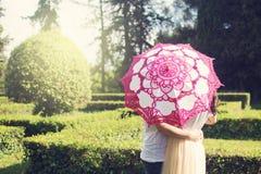 Silhouette de jeunes couples derrière le parapluie dans une forêt image stock