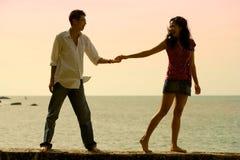 Silhouette de jeunes couples heureux Image libre de droits