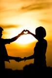 Silhouette de jeunes couples heureux Photos libres de droits