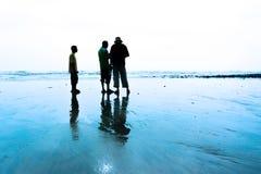 Silhouette de jeunes photographes Photographie stock