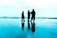 Silhouette de jeunes photographes Image libre de droits