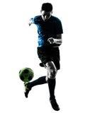 Silhouette de jonglerie d'homme caucasien de footballeur Photo libre de droits