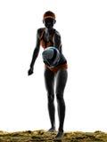 Silhouette de joueur de boule de volée de plage de femme Photo libre de droits