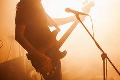 Silhouette de joueur de guitare basse image stock