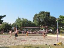 Silhouette de joueur de volleyball de plage sur la plage dans le coucher du soleil La Croatie 23 juillet 2010 image libre de droits