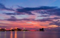 Silhouette de Koh Loi Sriracha avec le ciel de coucher du soleil Images stock