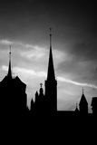 Silhouette de l'église dans la vieille ville, noire et blanche Photographie stock