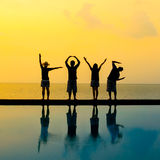 Silhouette de l'amour par action de corps de quatre personnes Image libre de droits