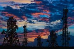 Silhouette de l'antenne du téléphone portable et du communicati cellulaires Images stock