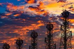 Silhouette de l'antenne du téléphone portable et du communicati cellulaires Image libre de droits